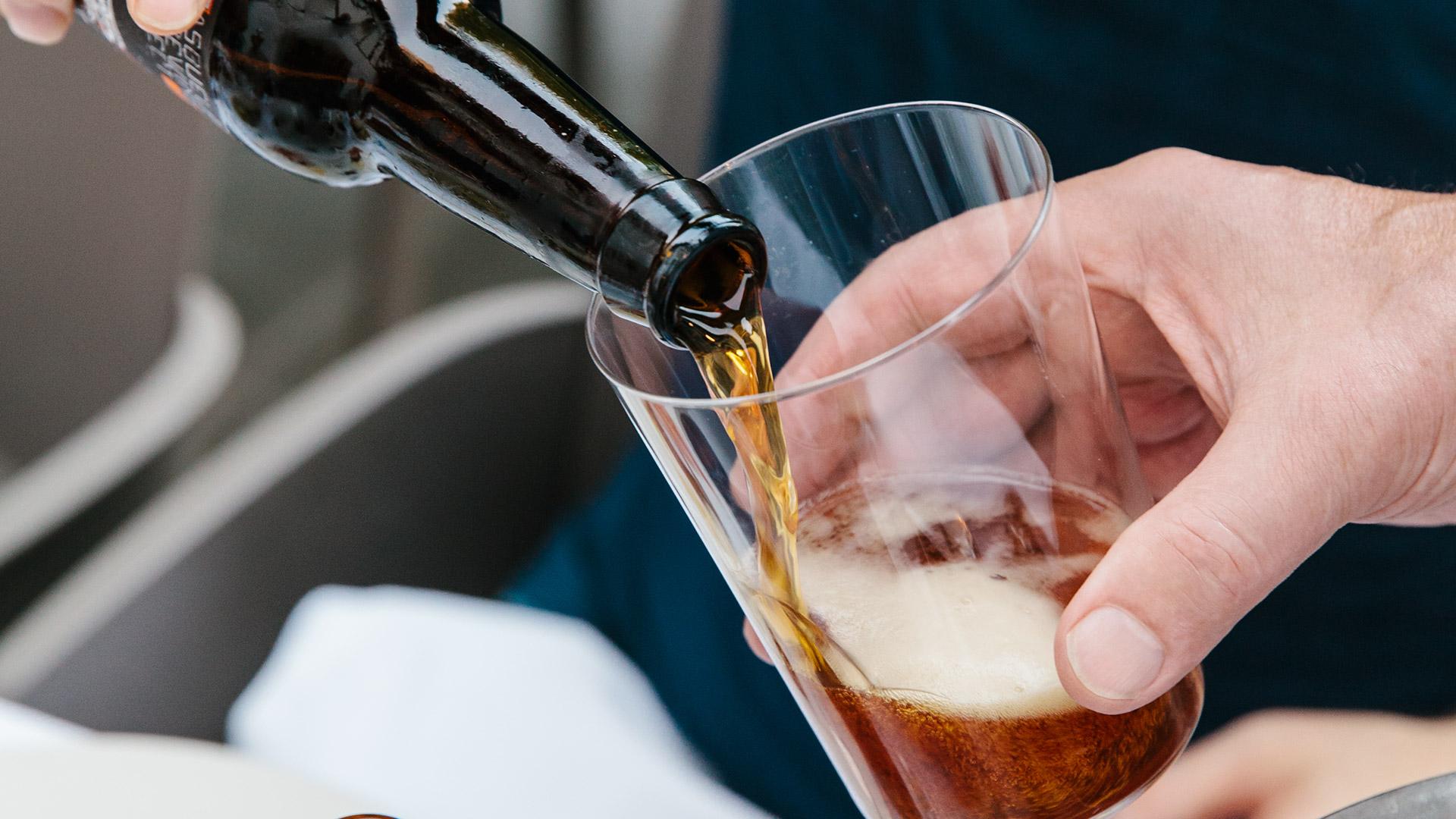 sirviendo cerveza artesana BBP